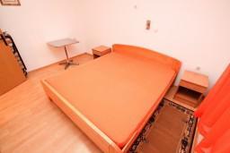 Спальня. Черногория, Доня Ластва : Апартамент с отдельной спальней, 60 метров до моря