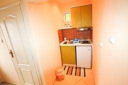 Кухня. Черногория, Тиват : Студия в Тивате на первом этаже в 600 метрах от моря