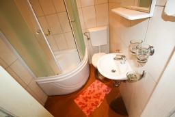 Ванная комната. Черногория, Тиват : Студия в Тивате на первом этаже в 600 метрах от моря