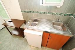 Кухня. Черногория, Доня Ластва : Студия с балконом с видом на море