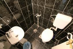 Ванная комната. Черногория, Доня Ластва : Студия с балконом с видом на море