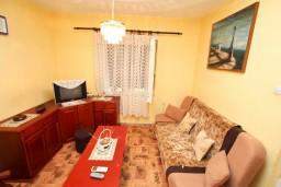 Гостиная. Черногория, Тиват : Апартамент для 6-8 человек, с 2-мя отдельными спальнями, с большой кухней и гостиной