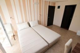 Студия (гостиная+кухня). Черногория, Тиват : Современная студия с балконом с видом на море, возле городского причала