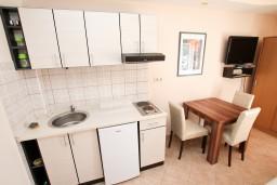 Кухня. Черногория, Тиват : Современная студия с балконом с видом на море, возле городского причала