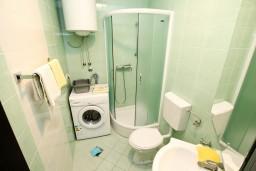 Ванная комната. Черногория, Тиват : Современная студия возле городского причала