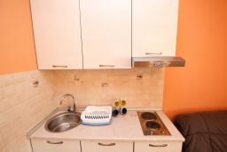 Кухня. Черногория, Тиват : Апартамент для 3-5 человек, с отдельной спальней