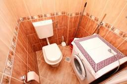 Ванная комната. Черногория, Тиват : Апартамент для 3-5 человек, с отдельной спальней