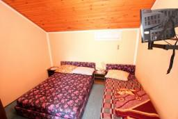 Спальня. Черногория, Селяново : Комната для 3 человек, с общей кухней, с террасой с видом на море, возле пляжа