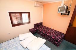 Спальня. Черногория, Селяново : Комната для 5 человек, с общей кухней, возле пляжа