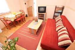 Гостиная. Черногория, Селяново : Апартамент в Селяново с отдельной спальней, 20 метров до моря