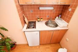 Кухня. Черногория, Селяново : Апартамент в Селяново с отдельной спальней, 20 метров до моря
