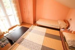 Спальня. Черногория, Селяново : Апартамент в Селяново с отдельной спальней, 20 метров до моря