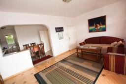 Гостиная. Черногория, Тиват : Просторный апартамент для 5-6 человек, с 2-мя отдельными спальнями, с большой террасой