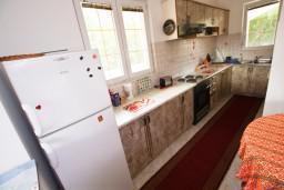 Кухня. Черногория, Тиват : Просторный апартамент для 5-6 человек, с 2-мя отдельными спальнями, с большой террасой