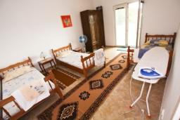 Спальня 2. Черногория, Тиват : Просторный апартамент для 5-6 человек, с 2-мя отдельными спальнями, с большой террасой