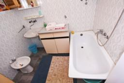 Ванная комната. Черногория, Доня Ластва : Апартамент для 4-6 человек, с 2-мя отдельными спальнями, с террасой с видом на море, возле пляжа