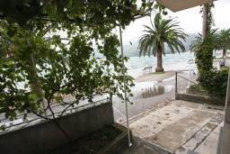 Терраса. Черногория, Доня Ластва : Апартамент для 4-6 человек, с 2-мя отдельными спальнями, с террасой с видом на море, возле пляжа