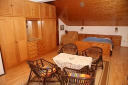 Спальня. Черногория, Тиват : Апартамент для 4 человек, с 2-мя отдельными спальнями, с большой гостиной