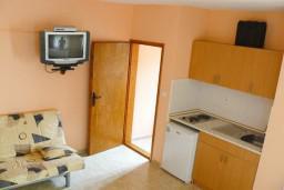 Студия (гостиная+кухня). Черногория, Тиват : Студия с террасой с видом на море, возле пляжа