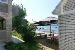 Вид на море. Черногория, Тиват : Студия с террасой с видом на море, возле пляжа