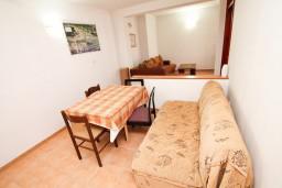 Обеденная зона. Черногория, Ульцинь : Апартамент с отдельной спальней с террасой