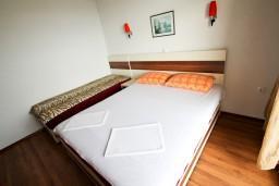 Спальня 2. Черногория, Ульцинь : Апартамент для 5-6 человек, с 2-мя отдельными спальнями, с балконом с шикарным видом на море