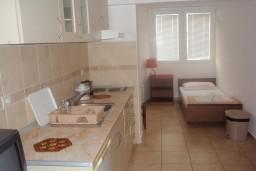 Кухня. Черногория, Петровац : Апартамент в Петроваце в с балконом и  оборудованной кухней