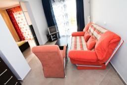 Гостиная. Черногория, Велика плажа : Апартамент с отдельной спальней, с террасой с видом на море