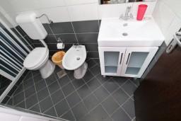 Ванная комната. Черногория, Велика плажа : Апартамент с отдельной спальней, с террасой с видом на море