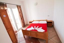 Спальня. Черногория, Велика плажа : Двухкомнатный номер с балконом с видом на море