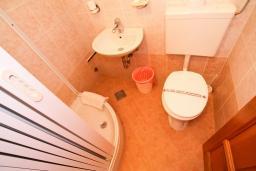 Ванная комната. Черногория, Велика плажа : Двухкомнатный номер с балконом с видом на море