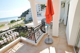 Балкон. Черногория, Велика плажа : Двухкомнатный номер с балконом с видом на море