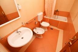 Ванная комната. Черногория, Велика плажа : Апартамент с 2 спальнями, 2 ванными и террасой с видом на море