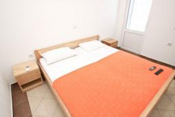 Спальня. Черногория, Велика плажа : Апартамент с отдельной спальней на первом этаже