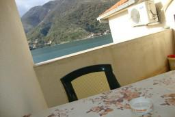 Балкон. Черногория, Лепетане : Апартамент с балконом с видом на море, 20 метров до пляжа