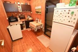 Кухня. Черногория, Ада Бояна : Деревянный домик на Ада Бояне с большой террасой площадью 40м2, предоставляется лодка, лежаки