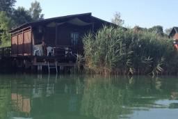 Фасад дома. Черногория, Ада Бояна : Деревянный домик на Ада Бояне с большой террасой площадью 40м2, предоставляется лодка, лежаки