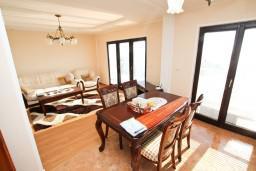 Гостиная. Черногория, Ульцинь : Апартамент для 7 человек, с 3-мя отдельными спальнями, с 3-мя ванными комнатами, с большой гостиной и кухней, с балконом с видом на море