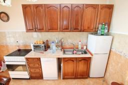 Кухня. Черногория, Ульцинь : Апартамент для 7 человек, с 3-мя отдельными спальнями, с 3-мя ванными комнатами, с большой гостиной и кухней, с балконом с видом на море