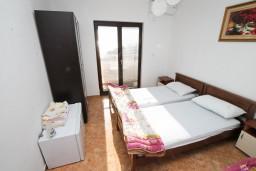Спальня. Черногория, Ульцинь : Апартамент для 7 человек, с 3-мя отдельными спальнями, с 3-мя ванными комнатами, с большой гостиной и кухней, с балконом с видом на море