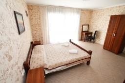 Спальня. Черногория, Ульцинь : Двухэтажный люкс апартамент с отдельной спальней, с 2-мя балконами с шикарным видом на море