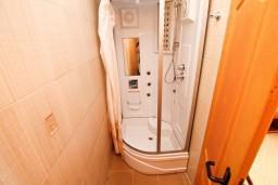 Ванная комната. Черногория, Ульцинь : Двухэтажный люкс апартамент с отдельной спальней, с 2-мя балконами с шикарным видом на море