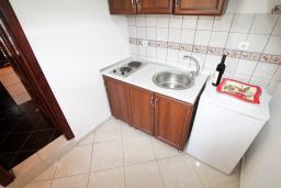 Кухня. Черногория, Ульцинь : Апартамент с отдельной спальней, 50 метров до моря