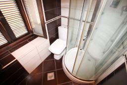 Ванная комната. Черногория, Ульцинь : Апартамент с отдельной спальней, 50 метров до моря