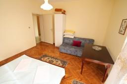 Спальня 2. Черногория, Ульцинь : Апартамент для 6-8 человек, с 3-мя отдельными спальнями, с террасой с видом на море