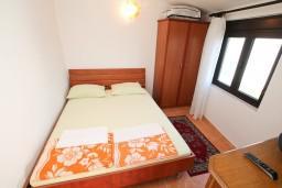 Спальня. Черногория, Велика плажа : Апартамент с отдельной спальней в Велика плажа