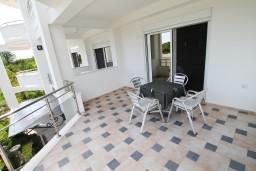 Балкон. Черногория, Велика плажа : Современный апартамент для 2-4 человек, с просторной гостиной и спальней, с 2-мя балконами