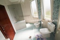 Ванная комната. Черногория, Велика плажа : Современный апартамент для 4 человек, с просторной гостиной и двумя спальнями, с 2-мя балконами
