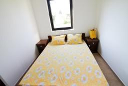 Спальня. Черногория, Велика плажа : Апартамент с отдельной спальней в 500 метрах от моря