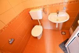 Ванная комната. Черногория, Велика плажа : Апартамент с отдельной спальней в 500 метрах от моря